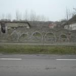 Misina ograda od stare cigle i crepa 7