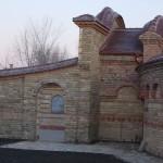 Glavni ulaz u manastir od stare cigle Kac - 1